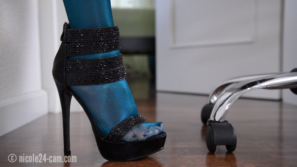 3b43252568b Hot Pantyhose Teasing Video with a fantastic, shiny blue Pantyhose and sexy  High Heels!