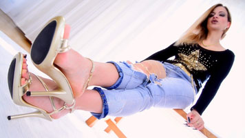 FussLady Nicole in Jeans und High Heels