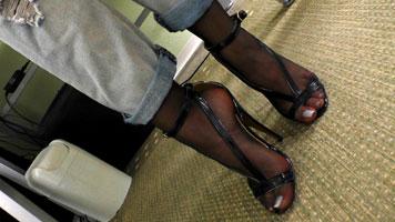 Schwarze Strümpfe und weiße Fußnägel